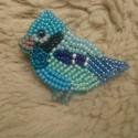 Kék madárka kitűző, Ékszer, Bross, kitűző, Gyöngyfűzés, Igazán vidám kiegészítője lehet a ruháknak.Gyöngyhímzéssel készült ez a kitűző, erős kapoccsal lehe..., Meska