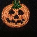 Halloween tök kitűző, Ékszer, Bross, kitűző, Gyöngyfűzés, Élvezettel készítettem egyedi mintája miatt. Gyöngyhímzéssel készült ez a kitűző, erős kapoccsal le..., Meska