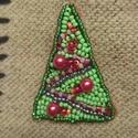 Karácsonyfa kitűző zöld pirosban, Ékszer, Bross, kitűző, Gyöngyfűzés, Ebben a kitűzőben a különböző piros árnyalatú gyöngyök harmóniáját próbáltam összehozni.  Gyöngyhím..., Meska