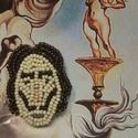 Dalí  kitűző, Ékszer, Bross, kitűző, Gyöngyfűzés, Az elfolyó  idő festője ihlette ezt a kitűzőt Gyöngyhímzéssel , kézzel készült , 2X3 cm  Díszdobozb..., Meska