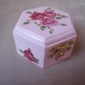 Rózsás doboz, Otthon, lakberendezés, Tárolóeszköz, Doboz, Decoupage, szalvétatechnika, Festett tárgyak, Decoupage technikával készült ez a hatszögletű ékszeres dobozka, melyet rózsaszínre festettem és ró..., Meska