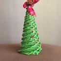 Papír Karácsonyfa, Dekoráció, Karácsonyi, adventi apróságok, Dísz, Ünnepi dekoráció, Fonás (csuhé, gyékény, stb.), Papírművészet, Papírfonással készült díszkarácsonyfa, zöld alapszínben, terméssel.Magasság 15-20 cm.  A termék pap..., Meska