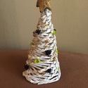Papír Karácsonyfa, Dekoráció, Karácsonyi, adventi apróságok, Dísz, Ünnepi dekoráció, Fonás (csuhé, gyékény, stb.), Papírművészet, Papírfonással készült díszkarácsonyfa, fehér  alapszínben, terméssel.Magasság 15-20 cm.  A termék p..., Meska