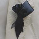 Gyászkitűző, Ékszer, Bross, kitűző, Varrás, Szaténszalagból megformált fekete rózsa és egy gyászszalag brosstűvel a hátulján. Méretei kb.: 12x7..., Meska