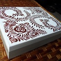 """Macaronos  fa doboz - """"indás levél"""", Otthon & lakás, Lakberendezés, Tárolóeszköz, Doboz, Festett tárgyak, Félig natúr, félig fehér alapot kapott ez a macaronos doboz, majd metál bronz színnel festettem rá ..., Meska"""
