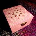 Rószaszín -Magenta életvirág ékszertartó dobozka lányoknak, Otthon & lakás, Lakberendezés, Tárolóeszköz, Doboz, Festett tárgyak, Kívül rózsaszín belül vagány magenta színnel kentem meg ezt a kis fa dobozt. Igazi csajos kis tárol..., Meska