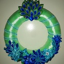 Pávaszemes kék ajtódísz, Otthon & Lakás, Lakberendezés, Patchwork, foltvarrás, Pávaszemes motívummal díszített ajtódísz, kék virágokkal egyedi tervezéssel, kanzashi technikával k..., Meska