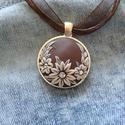 Virágos barna nyaklánc, Ékszer, Medál, Nyaklánc, A nyaklánc Fimo gyurmából készült, csoki barna alapon bézs virágokkal, 3 db swarovski kővel...., Meska