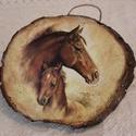 Fali kép, Otthon, lakberendezés, Falikép, Fa szeletre készített lovakat ábrázoló falra akasztható kép. Mérete: 18 x 14 cm  Kézműves termék. Ké..., Meska