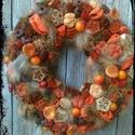 Hűvös Őszi napok, Dekoráció, Otthon, lakberendezés, Dísz, Ajtódísz, kopogtató, Virágkötés, Egy 25 cm-es moha alapot díszítettem narancs és bordó termésekkel. Végső méret 30 cm.   Termékeinke..., Meska