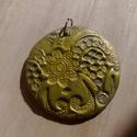 Sárga csipkemintás medál, Ékszer, Ékszerszett, Medál, Fülbevaló, Ezüst színű süthető gyurmából készült a medál alapja, majd akrilfestékkel színeztem, és..., Meska
