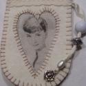 Audrey Hepburn-ös mobiltartó, Fehér filcből, ekrü pamut csipkével és gyöng...