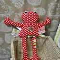 Piros textil béka / címkékkel, Játék, Baba játék, Játékfigura, Plüssállat, rongyjáték, Pamutvászonból készült béka , egy kicsit másként . Címkék , forma gombok és fűzött gyön..., Meska