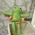 Zöld textil béka / címkékkel, Játék, Baba játék, Játékfigura, Plüssállat, rongyjáték, Varrás, Pamutvászonból készült béka , egy kicsit másként . Címkék , forma gombok és fűzött gyöngyök teszik ..., Meska
