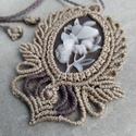 Makramé medál -fehér virággal, Egy virágot pillangóval ábrázol a medál alapj...