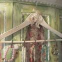 Vintage ékszertartó, Ékszer, Esküvő, Ékszertartó, Romantikus stílusban készítettem el ezt az ékszertartót. Fa vállfát( kb: 43 cm) festettem, te..., Meska