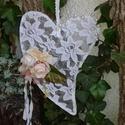 Csipkés romantika - szív dekoráció, Dekoráció, Esküvő, Ünnepi dekoráció, Esküvői dekoráció, Tavaszi dekoráció, drót alapon csipke, selyemvirág, szalag és gyöngy díszítéssel. Mérete: ..., Meska