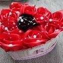 Piros-fekete rózsa box, Dekoráció, Esküvő, Szerelmeseknek, Egyedi ajándék minden alkalomra.Gyönyörű szaténrózsák és gyöngyfüzér díszíti a szív a..., Meska