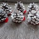 Karácsonyi fehér toboz, Dekoráció, Karácsonyi, adventi apróságok, Dísz, Ünnepi dekoráció, Fehérre festettem, organza masnival díszítettem a tobozokat.Akasztóval elláttam, hogy arra már..., Meska