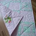 Rózsaszín babatakaró , Gyerek & játék, Gyerekszoba, Falvédő, takaró, Patchwork, foltvarrás, A takaró mérete 75 cm* 85 cm. Jó minőségű pamutvászonból készült patchwork technikával vajköpülő el..., Meska