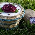 Bordó rózsás pf. fedeles doboz, Otthon, lakberendezés, Tárolóeszköz, Doboz, Fonás (csuhé, gyékény, stb.), Újrahasznosított alapanyagból készült termékek, Fehér pöttyös bordó szalagból készült a rózsa.. a doboz papírból font, enyhén vízálló, mert lakkozo..., Meska