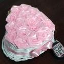 SzeviMaMa rózsabox rózsaszín, Dekoráció, Esküvő, Otthon, lakberendezés, Valentin napra, Fonás (csuhé, gyékény, stb.), Újrahasznosított alapanyagból készült termékek, A képen látható rózsabox átlag 14-16 rózsafejből áll, ami selyem szalagból készül.. Maga a box, pap..., Meska