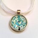 Tavaszváró üveglencsés nyaklánc1, Ékszer, Nyaklánc, 25 mm-es ezüst színű medál alapba tavaszváró, virágzó fát ábrázoló képet ragasztottam amit üveglencs..., Meska