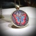 Pillangóvilág üveglencsés nyaklánc, Ékszer, Nyaklánc, Ékszerkészítés, 25 mm-es ezüst színű medál alapba gyönyörű színekben pompázó pillangó képét ragasztottam, amit üveg..., Meska