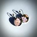 Rózsaszín virágok fülbevaló, Ékszer, Fülbevaló, Ékszerkészítés, Üveglencsés technikával készült ezüst színű francia kapcsos fülbevaló pár, mely fekete háttérben lé..., Meska