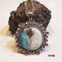 Pávatoll üveglencsés nyaklánc, Ékszer, Nyaklánc, Üveglencsés technikával készült ezüst színű virágos medál, mely türkiz és fehér háttérben lévő pávat..., Meska