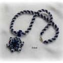 Jeges kékség - gyöngyfűzött nyaklánc medállal, Ékszer, Medál, Nyaklánc, Vibráló szépségű nyaklánc, amelynek láncrészét egy különböző méretű, kék, fekete és csiszolt üveg ká..., Meska