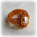 Elegáns arany gyöngyfűzött koktélgyűrű teklával, Ékszer, Gyűrű, Saját tervezésű, különleges csillogású, arany közepű áttetsző cseh kásagyöngyből és gyöngyházszínű t..., Meska