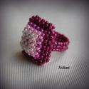 Fukszia gyöngyfűzött koktélgyűrű, Ékszer, Gyűrű, Gyöngyfűzés, Ékszerkészítés, A fukszia színárnyalataiból, kásagyöngy felhasználásával, 3D RAW és Herringbone technikával készült..., Meska