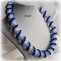 Kék/ fehér gyöngyfűzött nyakék , Ékszer, óra, Nyaklánc, Egyedi, saját tervezésű, különleges forma- és színvilágú, dekoratív gyöngyfűzött nyakék.  Fém alkatr..., Meska