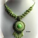 Zöld gyöngyfűzött nyaklánc medállal, Ékszer, óra, Medál, Nyaklánc, Egyedi, saját tervezésű, különleges formavilágú, dekoratív gyöngyfűzött nyaklánc medállal, a zöld kü..., Meska
