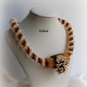 Beige/arany/barna gyöngyfűzött nyakék, Ékszer, óra, Nyaklánc, Medál, Egyedi, saját tervezésű, különleges formavilágú, dekoratív gyöngyfűzött nyakék.  Fém alkatrészt nem ..., Meska