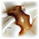 Elegáns arany gyöngyfűzött karkötő, Ékszer, Karkötő, Saját tervezésű elegáns, egyedi, különleges forma- és színvilágú, dekoratív gyöngyfűzött karkötő.  H..., Meska