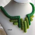 Zöld gyöngyfűzött nyakék, Ékszer, óra, Nyaklánc, Egyedi, saját tervezésű, különleges forma- és színvilágú, dekoratív gyöngyfűzött nyakék.  Fém alkatr..., Meska
