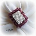 Beige - padlizsánlila gyöngyfűzött koktélgyűrű, Ékszer, Gyűrű, Egyedi, saját tervezésű, különleges forma- és színvilágú, dekoratív gyöngyfűzött koktélgyűrű.  Fém e..., Meska