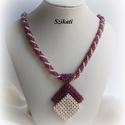 Beige - padlizsán-lila gyöngyfűzött nyaklánc medállal, Ékszer, Nyaklánc, Medál, Saját tervezésű, egyedi, különleges forma- és színvilágú gyöngyfűzött nyaklánc medállal.  A Cubic Ri..., Meska