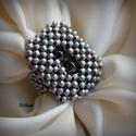 Metálszürke gyöngyfűzött koktélgyűrű, Ékszer, Gyűrű, Saját tervezésű egyedi, különleges forma- és színvilágú, dekoratív gyöngyfűzött koktélgyűrű.  Körmér..., Meska
