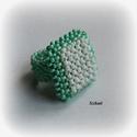 Menta-zöld - fehér gyöngyfűzött koktélgyűrű, Ékszer, Gyűrű, Egyedi, saját tervezésű, különleges formavilágú, dekoratív gyöngyfűzött koktélgyűrű.  Fém elemet nem..., Meska