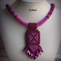 Fukszia gyöngyfűzött nyaklánc medállal, Ékszer, Nyaklánc, Medál, Saját tervezésű, egyedi, különleges forma- és színvilágú gyöngyfűzött nyaklánc medállal.  A 3D Right..., Meska