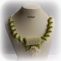 Zöld - beige gyöngyfűzött nyaklánc medállal, Ékszer, Nyaklánc, Medál, Egyedi, saját tervezésű, különleges formavilágú, dekoratív gyöngyfűzött nyaklánc medállal.  Medál: M..., Meska