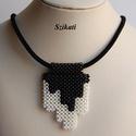 Fekete - fehér gyöngyfűzött nyaklánc medállal, Ékszer, Nyaklánc, Medál, Egyedi, saját tervezésű, különleges formavilágú, dekoratív gyöngyfűzött medál fekete nyaklánc alapra..., Meska