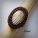 Elegáns gyöngyfűzött koktélgyűrű, Ékszer, Gyűrű, Saját tervezésű elegáns, egyedi, különleges formavilágú, dekoratív gyöngyfűzött koktélgyűrű.  Fém el..., Meska