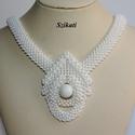 Elegáns fehér gyöngyfűzött nyakék, Ékszer, Esküvő, Nyaklánc, Esküvői ékszer, Saját tervezésű elegáns, egyedi, különleges formavilágú, dekoratív gyöngyfűzött nyakék.  Fém elemet ..., Meska