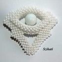 Elegáns fehér gyöngyfűzött kitűző, Ékszer, Esküvő, Bross, kitűző, Esküvői ékszer, Saját tervezésű elegáns, egyedi, különleges formavilágú, dekoratív gyöngyfűzött kitűző.  Méretei: 5,..., Meska