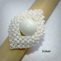 Elegáns fehér gyöngyfűzött koktélgyűrű, Ékszer, Esküvő, Gyűrű, Esküvői ékszer, Saját tervezésű elegáns, egyedi, különleges formavilágú, dekoratív gyöngyfűzött koktélgyűrű.  Fém el..., Meska