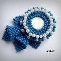 Elegáns kék fehér gyöngyfűzött kitűző, Ékszer, Bross, kitűző, Elegáns, saját tervezésű, egyedi, különleges formavilágú, dekoratív gyöngyfűzött kitűző.  Méretei: 5..., Meska